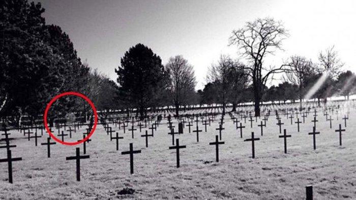 fotografia mostra fantasma em cemitério da primeira guerra history