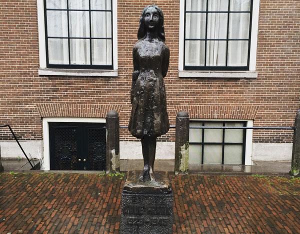 Ana-Frank-Estatua