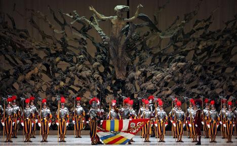 El trono del Vaticano al que consideran un monumento satánico - 1