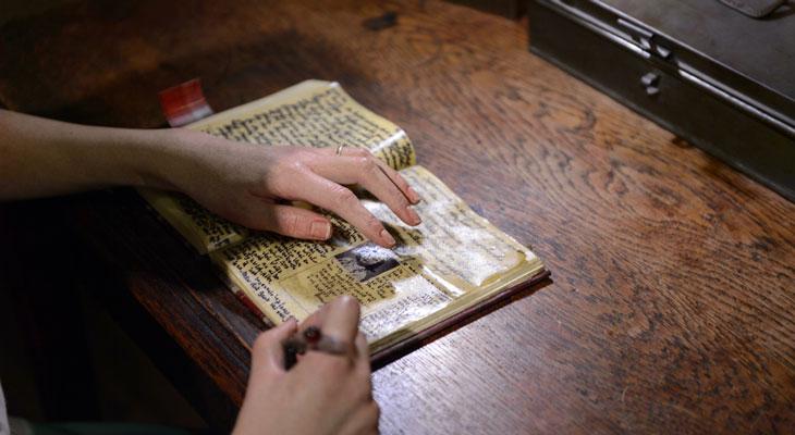 Ana Frank escribe su diario, museo de cera Madame Tussauds Berlin.