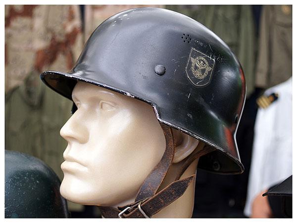 Uniformes, medalhas e capacetes antigos