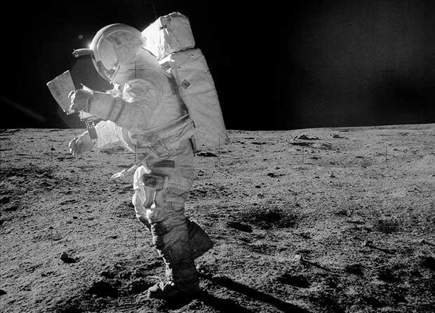 O que explica as quedas dos astronautas na Lua? - 1