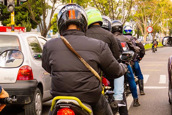 MOTOCICLISTAS EN EL TRÁNSITO