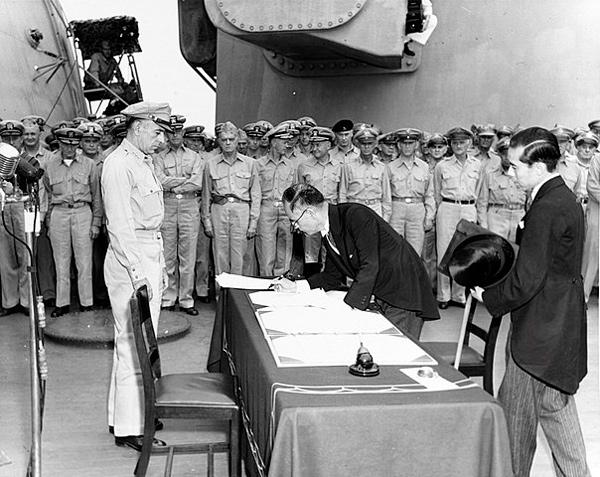 Mamoru Shigemitsu firma el Acta de Rendición de Japón a bordo del USS Missouri.