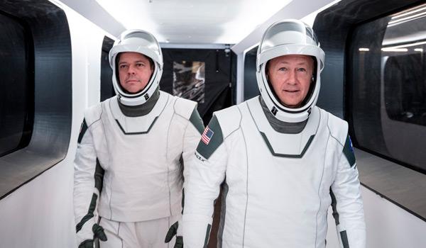 Bob Behnken, a la izquierda, y Doug Hurley, vestidos con trajes espaciales SpaceX