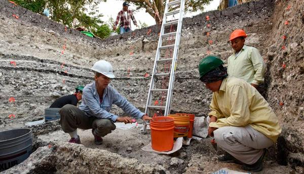 El equipo de arqueólogos trabajando en la extracción de muestras en el yacimiento maya de Aguada Fénix