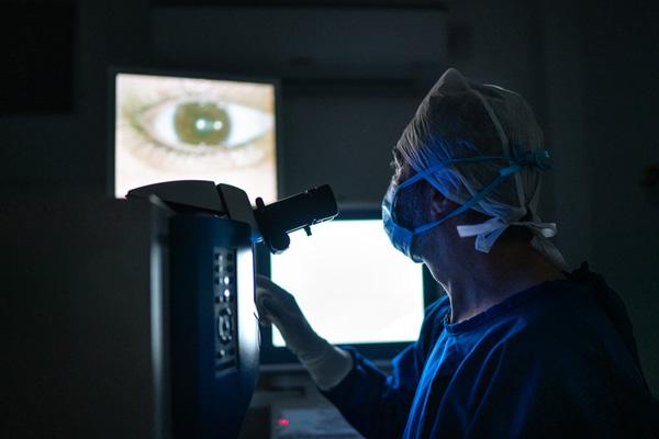 Médico haciendo un examen de ojos.