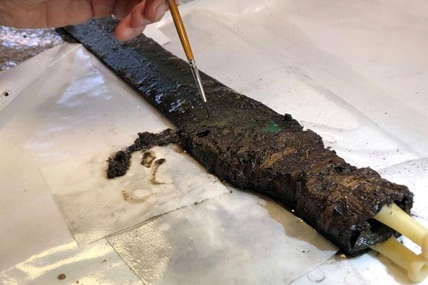 Los expertos trabajan en la restauración de la antigua espada