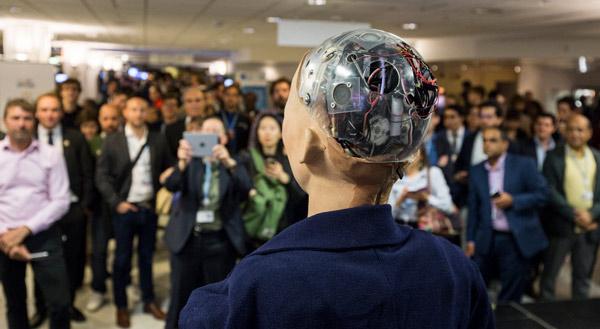 Subastaron la obra de arte de un robot que juró aniquilar a los humanos - 1