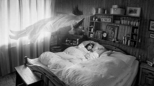 Ilustración de una mujer que duerme mientras atraviesa un llamado viaje astral y su alma o espíritu, que se como un cuerpo femenino, flota sobre la cama.