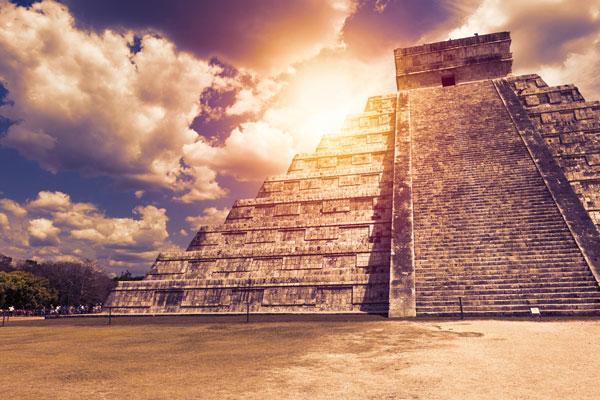 Imagen del Castillo de Chichén Itzá, conocido como el Templo Kukulkán, una pirámide maya en Yucatán, México.