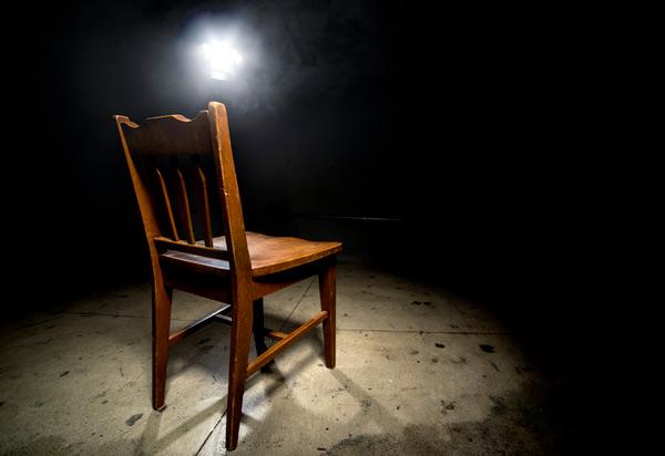 Silla vacía en un interrogatorio.