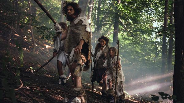 Tribu de cazadores-recolectores que llevan herramientas de piedra de la piel de los animales