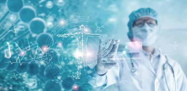 Médico con un holograma de interfaz virtual para un registro médico electrónico.
