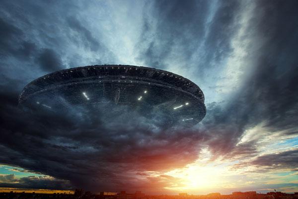 Gigantesca nave espacial extraterrestre sobrevolando la tierra