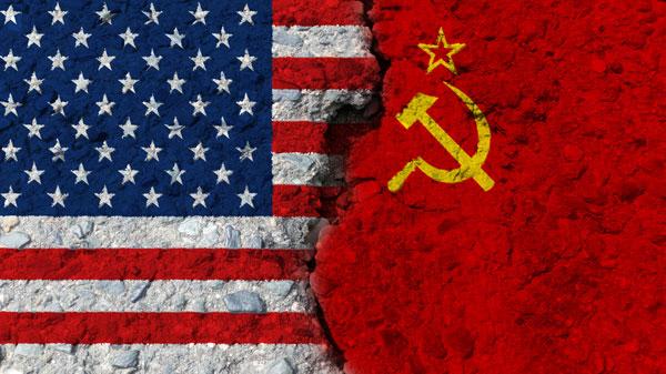 La bandera estadounidense y la soviética en contraposición.