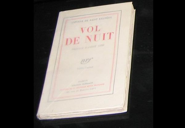 Vol de nuit . Exposición de Antoine de Saint-Exupéry en el Museo Francés del Aire y del Espacio en Le Bourget, París.