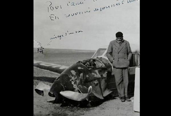 Antoine de Saint-Exupéry de pie junto a su Caudron C.630 Simoun, se estrelló en el desierto del Sahara.