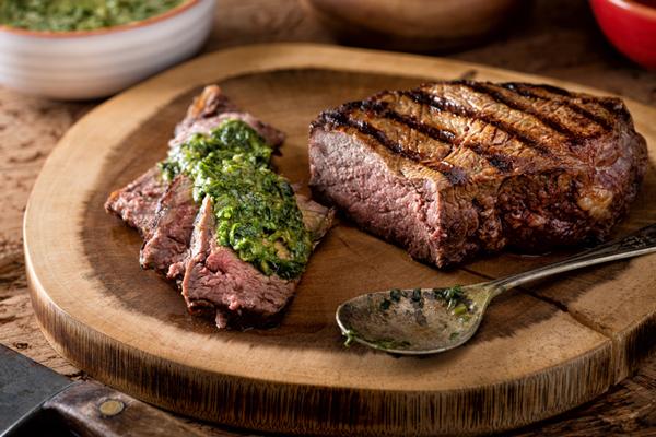 Chimichurri sobre carne asada.