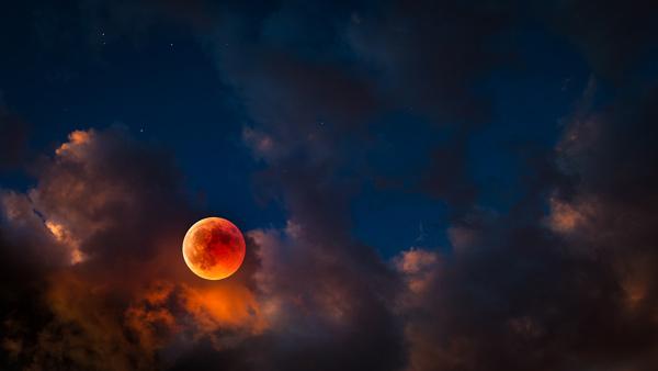 Eclipse lunar con personas.