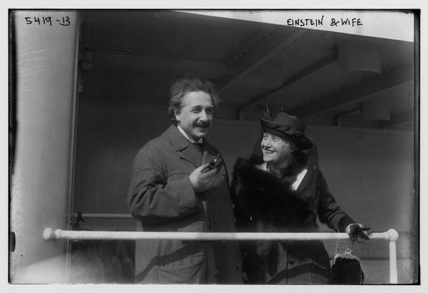 Albert Einstein y esposa.
