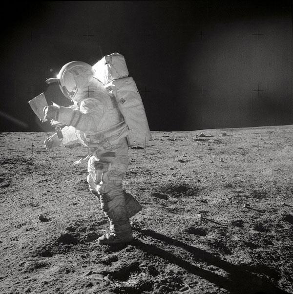 Fotografía del astronauta Edgar Mitchell caminando en la Luna