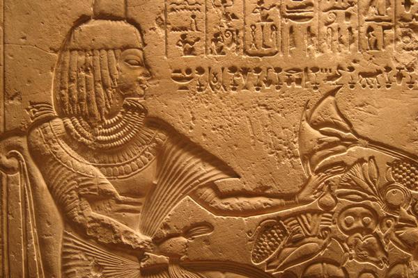 Faraon comiendo frutas.