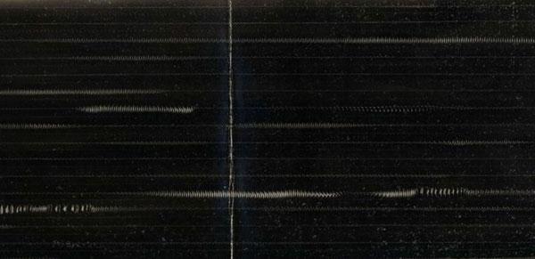 Imagen de un papel con las marcas impresas por la vibración de una cerda de jabalí