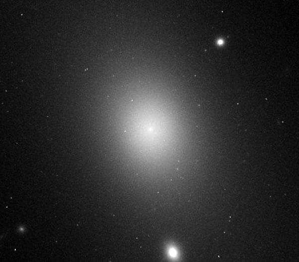 Fotografía astronómica de IC 1101, la galaxia más grande.