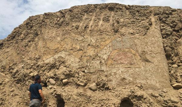Imagen del mural hallado en Perú. Si bien no se advierte a simple vista, los arqueólogos identificaron la figura de una araña empuñando un cuchillo.