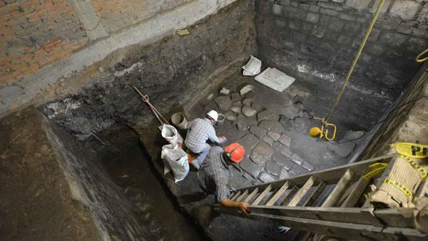 Arqueólogos trabajando en la zona del palacio prehispánico. INAH