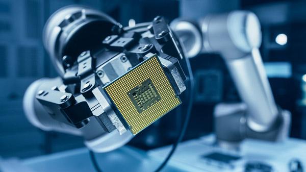 Brazo de robot sosteniendo un chip de inteligencia artificial.