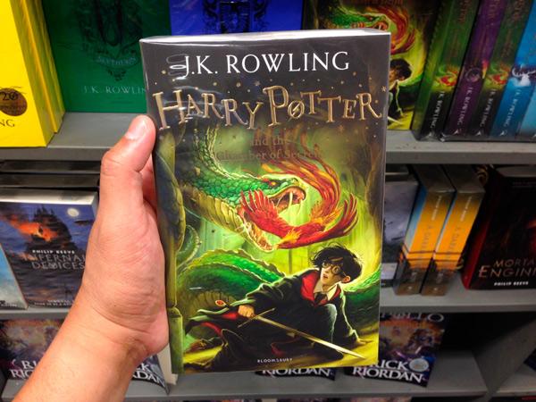Una edición del libro Harry Potter en la librería.