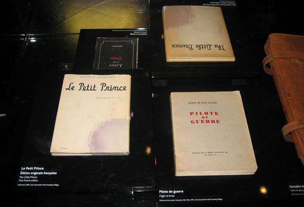 Exposición en el Museo del Aire y del Espacio de Francia en Le Bourget, París. Se muestran cuatro títulos de las obras de Saint-Exupéry: Le Petit Prince (abajo a la izquierda), El Principito (arriba a la derecha), Pilot de Guerre (abajo a la derecha) y Lettre à un otage (arriba a la izquierda).