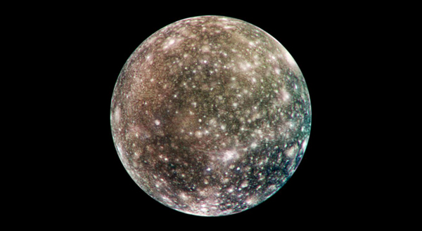 Cicatrices brillantes en una superficie más oscura atestiguan una larga historia de impactos en la luna de Júpiter Calisto en esta imagen de Calisto de la nave espacial Galileo de la NASA.