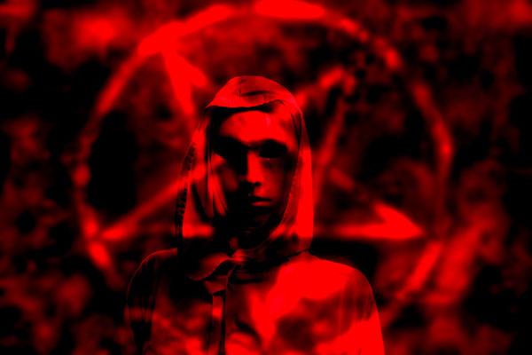 Imagen ilustrativa de un sacerdote satánico.