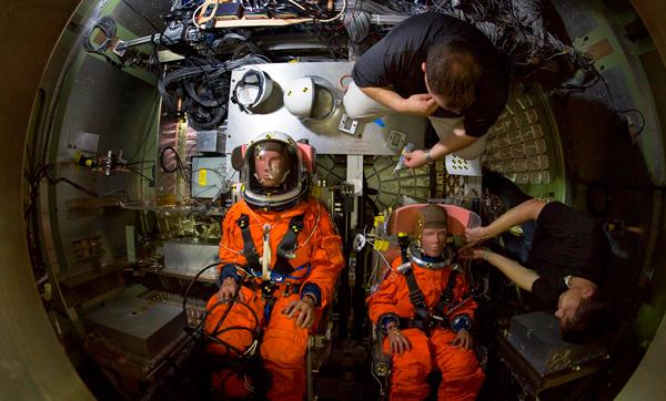 Los maniquies. Las pruebas de caída ayudaron a los ingenieros a evaluar y mitigar las posibles lesiones a la tripulación debido a las salpicaduras después de las misiones en el espacio profundo.
