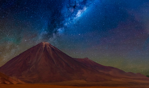 Vía láctea en el volcán Licancabur en el desierto de Atacama.