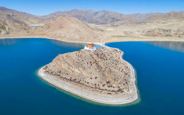 El templo se asienta sobre una lengua de tierra en un lago.