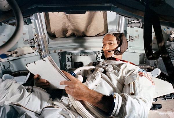 Michael Collins, durante las prácticas en el módulo lunar antes de la misión espacial del Apolo 11.
