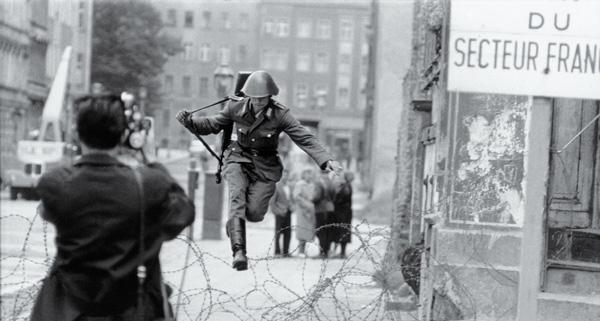Fotografía de soldado saltando el alambrado.