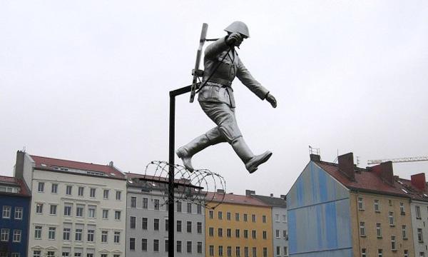Estatua conmemorativa del salto.