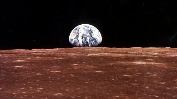 Imagen del paneta Tierra, asomando desde el horizonte del planeta Marte