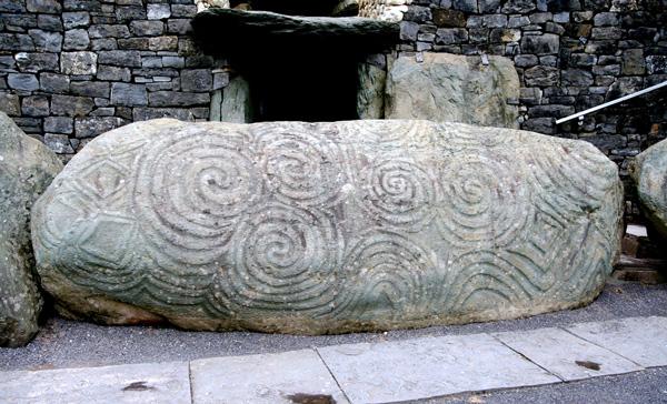 Piedra a la entrada de Newgrange.