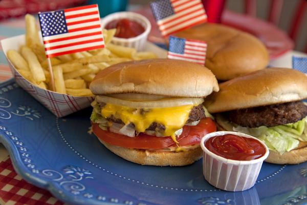 Hamburguesas con papas fritas al estilo estadounidense.