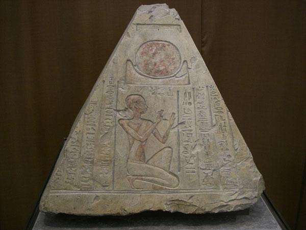 Piramidión de la tumba del sacerdote Rer en Abidos