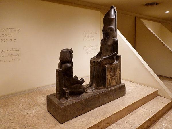 Estatua del rey Horemheb ante el dios Atum