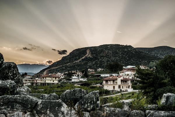 Espectacular puesta de sol en las zonas rurales Grecia desde el interior de la pirámide de Hellinikon.