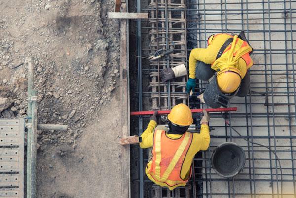 Obreros de la construcción trabajando