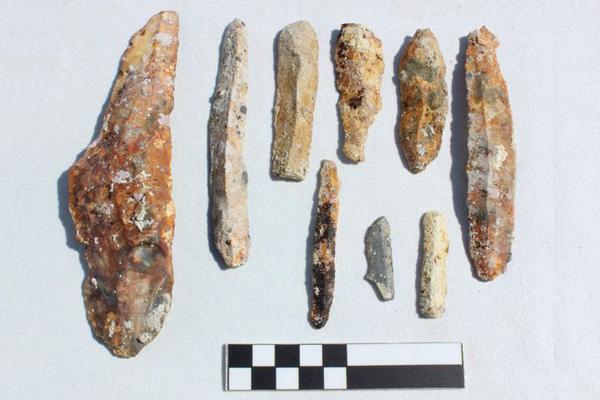 Diversos tipos de herramientas, cerámicas y cuchillos de piedra encontrados.